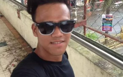 Netizens got angry with this boy who took a selfie photo while a building behind him was burning! You have to see this
